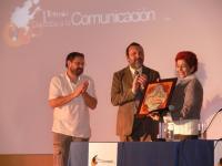 Rosa María Alfaro recibe el galardón de manos de CIC Batá y el Ayuntamiento de Córdoba