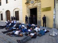 Representantes de las ONGD de Córdoba se tiran al suelo para reivindicar ante la Junta de Andalucía