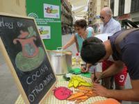 Los cordobeses se interesaron por la campaña de la CAONGD y propusieron diversos ingredientes