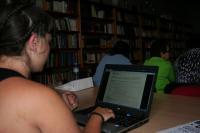 Una chica joven accede a Internet para buscar empleo