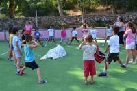 Los niños y las niñas disfrutan jugando con Melissa y Fabian del colectivo La Mancha (Uruguay)