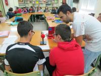 Alumnos del IES Isaac Albéniz en Málaga, junto con un compañero de Onda Color Málaga